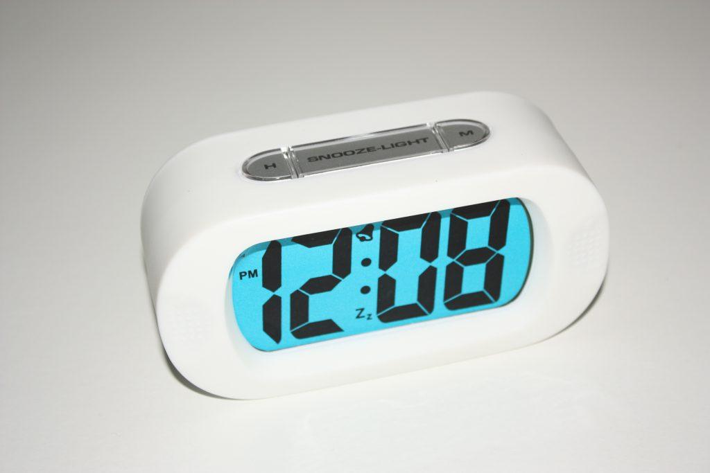 Wekker met groot blauw display